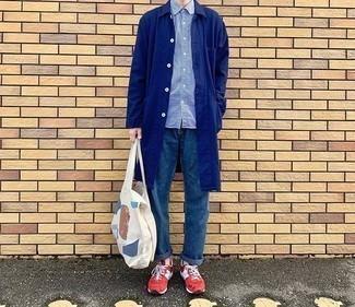 Weiße bedruckte Shopper Tasche aus Segeltuch kombinieren – 78 Herren Outfits: Eine dunkelblaue Regenjacke und eine weiße bedruckte Shopper Tasche aus Segeltuch sind eine perfekte Outfit-Formel für Ihre Sammlung. Rote Sportschuhe sind eine gute Wahl, um dieses Outfit zu vervollständigen.