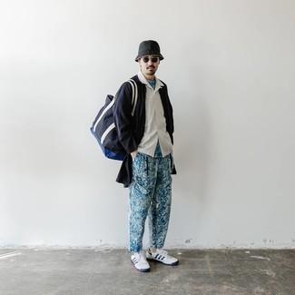 Weiße und dunkelblaue Segeltuch niedrige Sneakers kombinieren – 500+ Herren Outfits: Tragen Sie eine dunkelblaue Regenjacke und eine blaue bedruckte Chinohose für ein großartiges Wochenend-Outfit. Dieses Outfit passt hervorragend zusammen mit weißen und dunkelblauen Segeltuch niedrigen Sneakers.