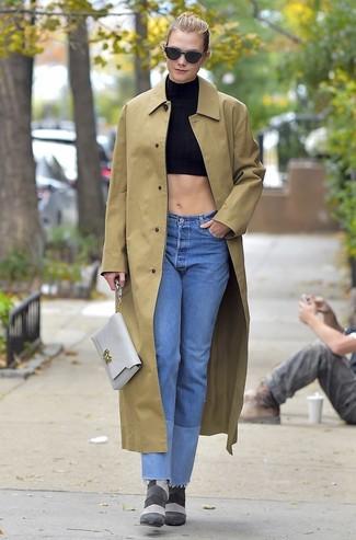 Wie kombinieren: beige Regenjacke, schwarzes kurzes Oberteil, hellblaue Jeans, graue Wildleder Stiefeletten