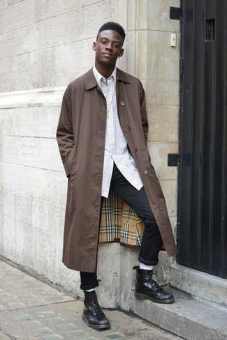 Wie kombinieren: braune Regenjacke, weißes Langarmhemd, schwarze Chinohose, schwarze Lederfreizeitstiefel