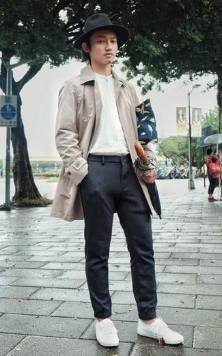 Dunkelblaue Segeltuch Clutch Handtasche kombinieren: trends 2020: Kombinieren Sie eine hellbeige Regenjacke mit einer dunkelblauen Segeltuch Clutch Handtasche für einen entspannten Wochenend-Look. Weiße Segeltuch niedrige Sneakers bringen klassische Ästhetik zum Ensemble.