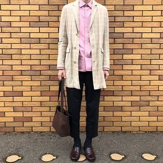Dunkelblaue und weiße gepunktete Socken kombinieren – 69 Herren Outfits: Eine hellbeige Regenjacke mit Karomuster und dunkelblaue und weiße gepunktete Socken sind eine kluge Outfit-Formel für Ihre Sammlung. Entscheiden Sie sich für dunkelbraunen Leder Slipper, um Ihr Modebewusstsein zu zeigen.