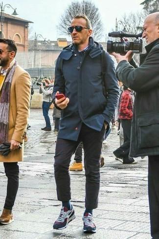 Dunkelblaue Regenjacke kombinieren – 143 Herren Outfits: Vereinigen Sie eine dunkelblaue Regenjacke mit einer dunkelbraunen Chinohose, um einen lockeren, aber dennoch stylischen Look zu erhalten. Fühlen Sie sich mutig? Entscheiden Sie sich für weißen und roten und dunkelblauen Sportschuhe.