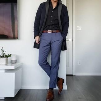 Dunkelblaue Chinohose kombinieren – 1200+ Herren Outfits: Erwägen Sie das Tragen von einer schwarzen Regenjacke und einer dunkelblauen Chinohose für ein großartiges Wochenend-Outfit. Fügen Sie braunen Leder Derby Schuhe für ein unmittelbares Style-Upgrade zu Ihrem Look hinzu.