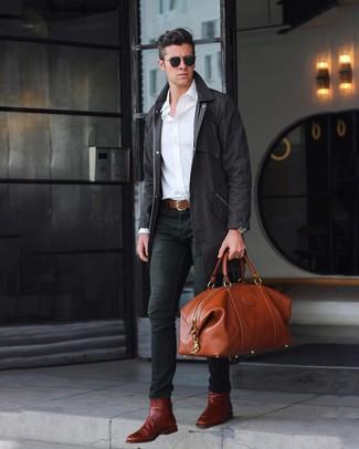 Wie kombinieren: schwarze Regenjacke, weißes Langarmhemd, schwarze enge Jeans, dunkelrote Chelsea-Stiefel aus Leder