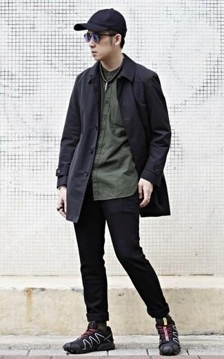 Schwarze Regenjacke kombinieren: trends 2020: Erwägen Sie das Tragen von einer schwarzen Regenjacke und schwarzen Jeans für ein bequemes Outfit, das außerdem gut zusammen passt. Fühlen Sie sich mutig? Entscheiden Sie sich für schwarzen Sportschuhe.