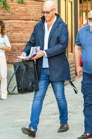 Dunkelbraune Wildleder Slipper kombinieren: trends 2020: Tragen Sie eine dunkelblaue Regenjacke und blauen Jeans für ein Alltagsoutfit, das Charakter und Persönlichkeit ausstrahlt. Machen Sie Ihr Outfit mit dunkelbraunen Wildleder Slippern eleganter.