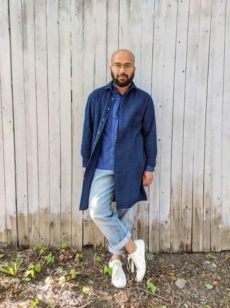 Hellblaue Jeans kombinieren – 500+ Herren Outfits: Kombinieren Sie eine dunkelblaue Regenjacke mit hellblauen Jeans für ein bequemes Outfit, das außerdem gut zusammen passt. Weiße Segeltuch niedrige Sneakers sind eine kluge Wahl, um dieses Outfit zu vervollständigen.