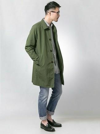 Smart-Casual Herbst Outfits Herren 2021: Erwägen Sie das Tragen von einer olivgrünen Regenjacke und blauen Jeans, um einen lockeren, aber dennoch stylischen Look zu erhalten. Setzen Sie bei den Schuhen auf die klassische Variante mit schwarzen Leder Slippern. So ist das Outfit komplett übergangstauglich.