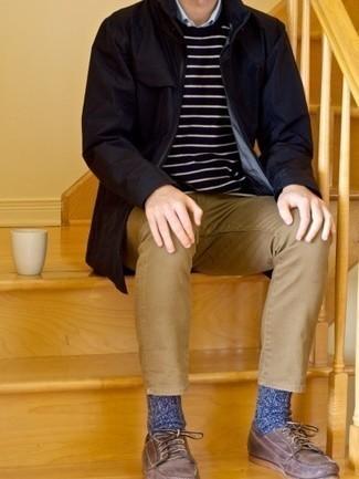 Herren Outfits 2021: Kombinieren Sie eine dunkelblaue Regenjacke mit beige Jeans für ein Alltagsoutfit, das Charakter und Persönlichkeit ausstrahlt. Dunkelbraune Leder Bootsschuhe sind eine perfekte Wahl, um dieses Outfit zu vervollständigen.