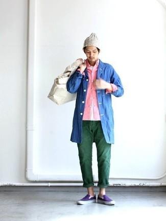 Wie kombinieren: blaue Regenjacke, rosa Langarmhemd, weißes T-Shirt mit einem Rundhalsausschnitt, dunkelgrüne Jeans