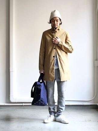 Wie kombinieren: beige Regenjacke, weißes und blaues Langarmhemd mit Vichy-Muster, weißes T-Shirt mit einem Rundhalsausschnitt, graue Jogginghose