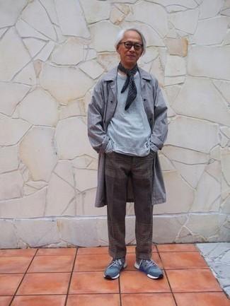 Transparente Sonnenbrille kombinieren – 500+ Casual Herren Outfits: Für ein bequemes Couch-Outfit, entscheiden Sie sich für eine graue Regenjacke mit Karomuster und eine transparente Sonnenbrille. Fühlen Sie sich ideenreich? Wählen Sie blauen Sportschuhe.