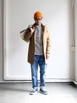 Wie kombinieren: beige Regenjacke, weißes und schwarzes horizontal gestreiftes Langarmshirt, blaue Jeans, blaue Segeltuch niedrige Sneakers