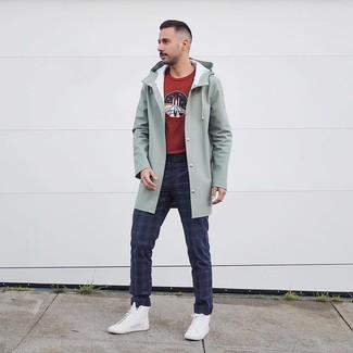 Weiße hohe Sneakers kombinieren: trends 2020: Erwägen Sie das Tragen von einer mintgrünen Regenjacke und einer dunkelblauen Chinohose mit Schottenmuster für ein sonntägliches Mittagessen mit Freunden. Fühlen Sie sich ideenreich? Komplettieren Sie Ihr Outfit mit weißen hohen Sneakers.