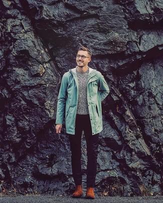 Wie kombinieren: mintgrüne Regenjacke, grauer Pullover mit einem Rundhalsausschnitt, schwarze Chinohose, rotbraune Chelsea-Stiefel aus Wildleder