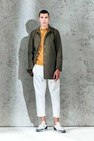 Turnschuhe kombinieren – 500+ Herren Outfits: Kombinieren Sie eine olivgrüne Regenjacke mit einer weißen Chinohose für einen bequemen Alltags-Look. Fühlen Sie sich mutig? Wählen Sie Turnschuhe.