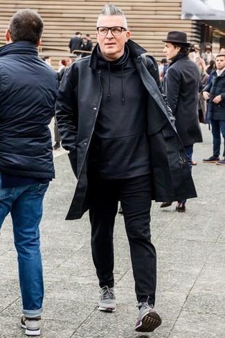 Wie schwarzen Pullover mit einem Kapuze mit grauer Sportschuhe zu kombinieren – 14 Herren Outfits: Tragen Sie einen schwarzen Pullover mit einem Kapuze und eine schwarze Chinohose für einen bequemen Alltags-Look. Fühlen Sie sich mutig? Komplettieren Sie Ihr Outfit mit grauen Sportschuhen.