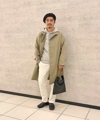 Mokassins kombinieren – 276 Herren Outfits: Paaren Sie eine beige Regenjacke mit einer weißen Chinohose für einen bequemen Alltags-Look. Mokassins fügen sich nahtlos in einer Vielzahl von Outfits ein.