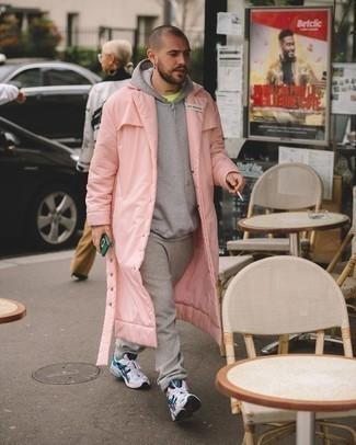 Graue Jogginghose kombinieren: trends 2020: Tragen Sie eine rosa Regenjacke und eine graue Jogginghose für einen entspannten Wochenend-Look. Wenn Sie nicht durch und durch formal auftreten möchten, ergänzen Sie Ihr Outfit mit weißen und dunkelblauen Sportschuhen.