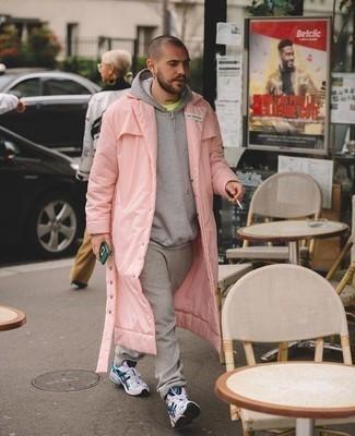 Herren Outfits 2020: Kombinieren Sie eine rosa Regenjacke mit einer grauen Jogginghose für einen entspannten Wochenend-Look. Fühlen Sie sich mutig? Entscheiden Sie sich für weißen und dunkelblauen Sportschuhe.