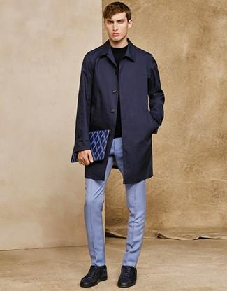 Wie kombinieren: dunkelblaue Regenjacke, schwarzer Pullover mit einem Rundhalsausschnitt, hellblaue Anzughose, dunkelblaue Wildleder niedrige Sneakers