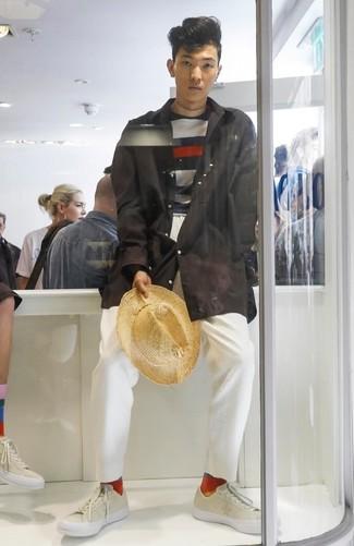 Wie kombinieren: schwarze Regenjacke, dunkelblauer und weißer horizontal gestreifter Pullover mit einem Rundhalsausschnitt, weiße Chinohose, hellbeige Leder niedrige Sneakers