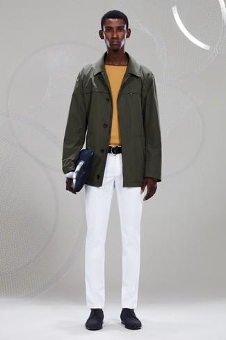 Wie kombinieren: olivgrüne Regenjacke, gelber Pullover mit einem Rundhalsausschnitt, weiße Chinohose, schwarze Wildleder Derby Schuhe