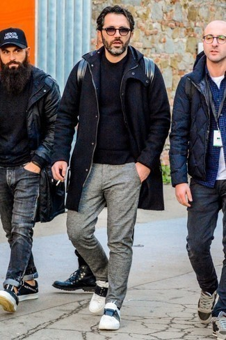Pullover mit einem Rundhalsausschnitt kombinieren: trends 2020: Kombinieren Sie einen Pullover mit einem Rundhalsausschnitt mit einer grauen Wollchinohose für ein Alltagsoutfit, das Charakter und Persönlichkeit ausstrahlt. Fühlen Sie sich mutig? Komplettieren Sie Ihr Outfit mit weißen und schwarzen Leder niedrigen Sneakers.