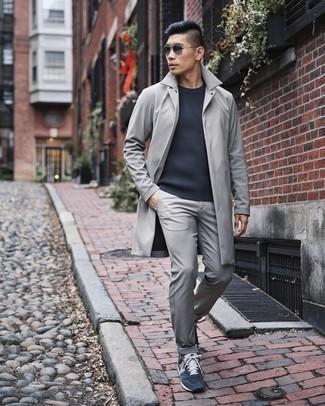 Dunkelblauen Pullover mit einem Rundhalsausschnitt kombinieren – 500+ Herren Outfits: Entscheiden Sie sich für einen dunkelblauen Pullover mit einem Rundhalsausschnitt und eine graue Chinohose, um mühelos alles zu meistern, was auch immer der Tag bringen mag. Suchen Sie nach leichtem Schuhwerk? Entscheiden Sie sich für dunkelblauen und weißen Sportschuhe für den Tag.