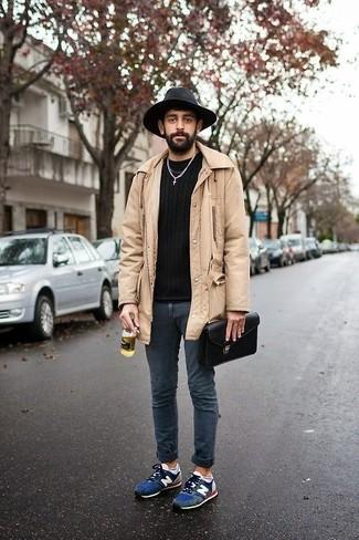 Wie kombinieren: hellbeige Regenjacke, schwarzer Pullover mit einem Rundhalsausschnitt, dunkelblaue enge Jeans, dunkelblaue Wildleder Sportschuhe