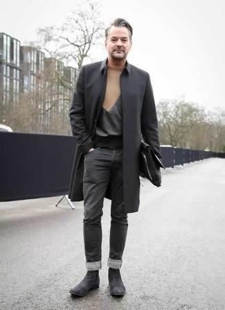 50 Jährige: Graue Chelsea Boots aus Wildleder kombinieren – 3 Herren Outfits: Kombinieren Sie eine schwarze Regenjacke mit dunkelgrauen Jeans für einen bequemen Alltags-Look. Fühlen Sie sich mutig? Komplettieren Sie Ihr Outfit mit grauen Chelsea Boots aus Wildleder.