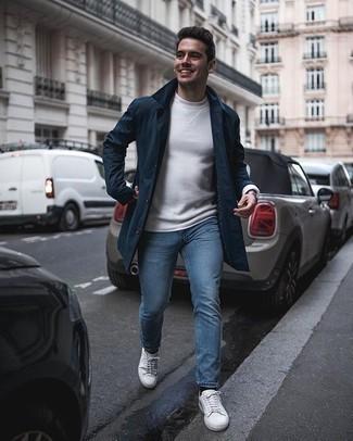 Silberne Uhr kombinieren – 500+ Herren Outfits: Tragen Sie eine dunkelblaue Regenjacke und eine silberne Uhr für einen entspannten Wochenend-Look. Weiße Segeltuch niedrige Sneakers putzen umgehend selbst den bequemsten Look heraus.
