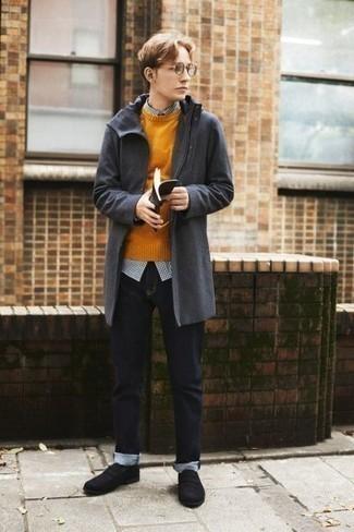 Schwarze Wildleder Slipper kombinieren – 252 Herren Outfits: Paaren Sie eine dunkelgraue Regenjacke mit dunkelblauen Jeans für ein Alltagsoutfit, das Charakter und Persönlichkeit ausstrahlt. Fühlen Sie sich mutig? Komplettieren Sie Ihr Outfit mit schwarzen Wildleder Slippern.