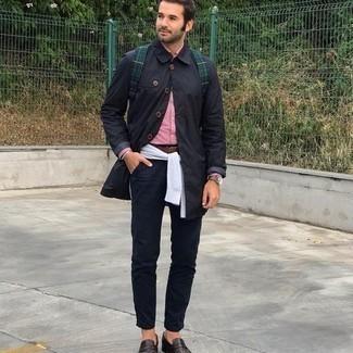 Braunen Ledergürtel kombinieren – 500+ Herren Outfits: Erwägen Sie das Tragen von einer schwarzen Regenjacke und einem braunen Ledergürtel für einen entspannten Wochenend-Look. Setzen Sie bei den Schuhen auf die klassische Variante mit dunkelbraunen Leder Slippern.