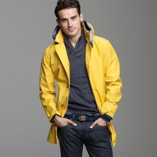 Wie kombinieren: gelbe Regenjacke, dunkelgrauer Pullover mit einem Schalkragen, dunkelblaues horizontal gestreiftes Langarmshirt mit einer Knopfleiste, dunkelblaue Jeans