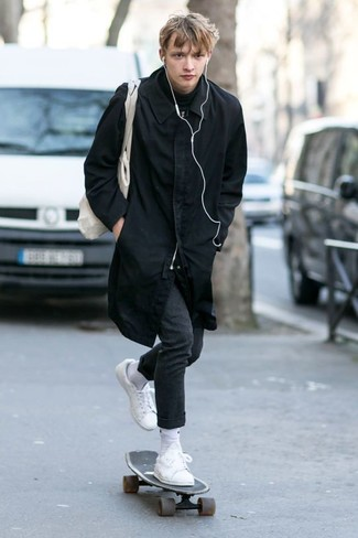 Wie kombinieren: schwarze Regenjacke, schwarzer Rollkragenpullover, dunkelgraue Wollanzughose, weiße Leder niedrige Sneakers