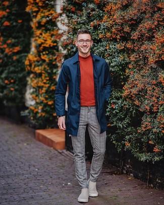 Wie kombinieren: dunkelblaue Regenjacke, roter Rollkragenpullover, graue Wollanzughose mit Karomuster, graue Chelsea-Stiefel aus Wildleder