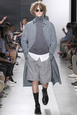 Wie kombinieren: graue Regenjacke, grauer Rollkragenpullover, weißes Businesshemd, graue Shorts
