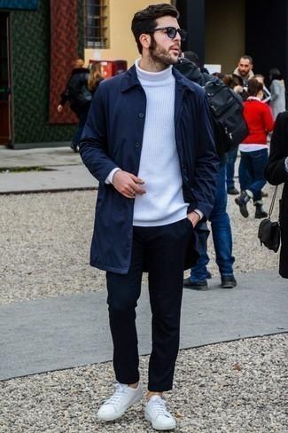 30 Jährige: Hose kombinieren: trends 2020: Kombinieren Sie eine dunkelblaue Regenjacke mit einer Hose für einen bequemen Alltags-Look. Fühlen Sie sich ideenreich? Wählen Sie weißen Leder niedrige Sneakers.