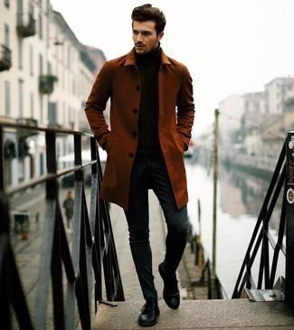 Dunkelgraue Chinohose kombinieren – 500+ Herbst Herren Outfits: Kombinieren Sie eine rotbraune Regenjacke mit einer dunkelgrauen Chinohose für ein großartiges Wochenend-Outfit. Fühlen Sie sich ideenreich? Vervollständigen Sie Ihr Outfit mit schwarzen Leder Derby Schuhen. Schon mal so einen coolen Herbst-Outfit gesehen?