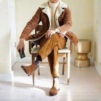 Weißen Strick Rollkragenpullover kombinieren – 170 Herren Outfits: Kombinieren Sie einen weißen Strick Rollkragenpullover mit einer rotbraunen Cord Chinohose, um mühelos alles zu meistern, was auch immer der Tag bringen mag. Entscheiden Sie sich für braunen Chelsea Boots aus Wildleder, um Ihr Modebewusstsein zu zeigen.