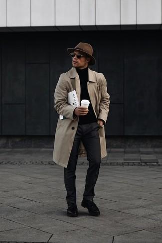 20 Jährige: Dunkelgraue Chinohose kombinieren – 316 Herbst Herren Outfits: Paaren Sie eine beige Regenjacke mit einer dunkelgrauen Chinohose für ein bequemes Outfit, das außerdem gut zusammen passt. Wählen Sie schwarzen Leder Slipper mit Quasten, um Ihr Modebewusstsein zu zeigen. Ein toller Übergangs-Look.