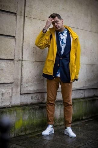 Wie kombinieren: gelbe Regenjacke, dunkelblaues Sakko, blaues Businesshemd mit Blumenmuster, braune Chinohose