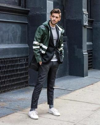 Wie kombinieren: dunkelgrüne Regenjacke, dunkelgraues Wollsakko, grauer Pullover mit einem Rundhalsausschnitt, weißes T-Shirt mit einem Rundhalsausschnitt
