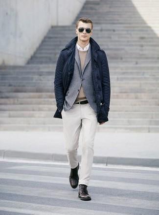 30 Jährige: Outfits Herren 2020: Tragen Sie einen beige Pullover mit einem Rundhalsausschnitt und ein weißes Businesshemd für einen für die Arbeit geeigneten Look.