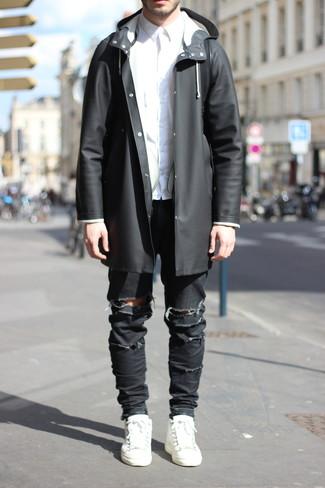 Wie kombinieren: schwarze Regenjacke, weißes Businesshemd, schwarze enge Jeans mit Destroyed-Effekten, weiße Leder niedrige Sneakers