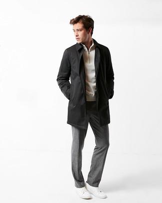 Wie kombinieren: schwarze Regenjacke, hellbeige Pullover mit einem Reißverschluss am Kragen, graue Anzughose, weiße Leder niedrige Sneakers