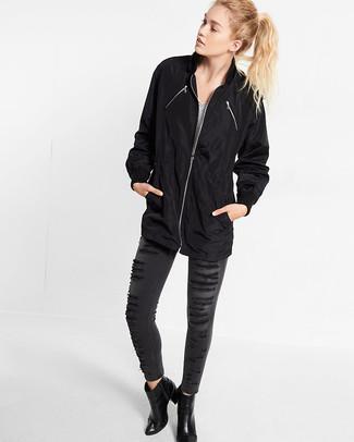 Wie kombinieren: schwarze Regenjacke, weißes und schwarzes horizontal gestreiftes T-Shirt mit einem V-Ausschnitt, dunkelgraue enge Jeans mit Destroyed-Effekten, schwarze Leder Stiefeletten