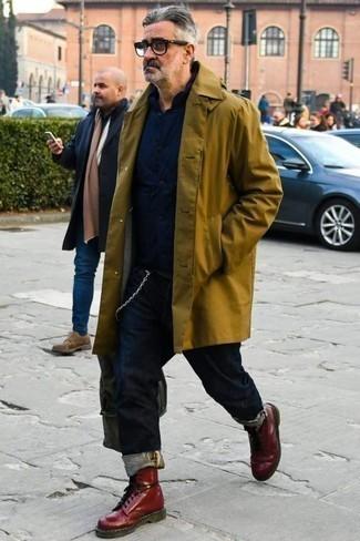Dunkelblaue Jeans kombinieren: trends 2020: Entscheiden Sie sich für eine olivgrüne Regenjacke und dunkelblauen Jeans für ein sonntägliches Mittagessen mit Freunden. Fühlen Sie sich mutig? Vervollständigen Sie Ihr Outfit mit einer dunkelroten Lederfreizeitstiefeln.
